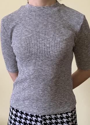 Серая футболка, футболка с удлиненными рукавами.