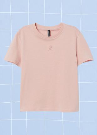 Розовая (персиковая) пастельная футболка с вышитым сердцем