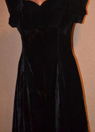 Стильное бархатное черное платье