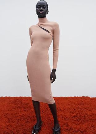 Стильное платье футляр, полностью по фигуре с вырезом на груди