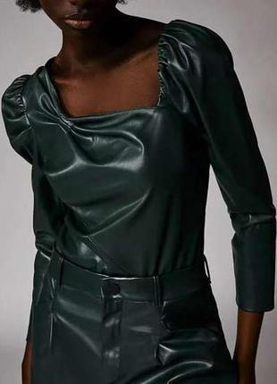 Изумрудная кожаная блуза с ассеметричным вырезом