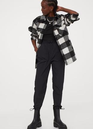 Тренд 2021 🔥 спортивные черные штаны из плащевки h&m нейлоновые джоггеры с высокой талией