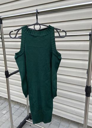 Зеленое платье с открытыми плечами в рубчик