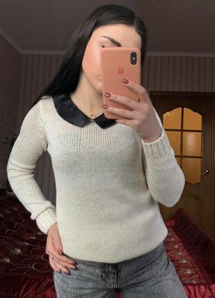 Белый свитер с воротником