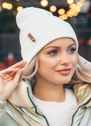 Белая двуслойная демисезонная шапка