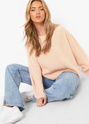 Пудровый оверсайз свитер на плечи