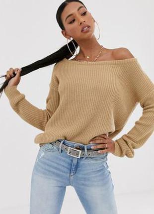 Бежевый свитер на плечи