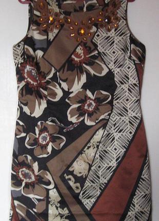Вечернее атласное платье в цветах с камнями