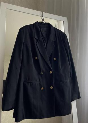 Двубортный пиджак с золотыми пуговицами с мужского плеча
