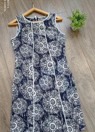 Яркое хлопок платье футляр приталенное синих и белых тонов принт узорами