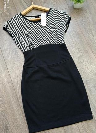 Стильное чёрное в  белую полоску зиг заг  платье футляр спинка на запах