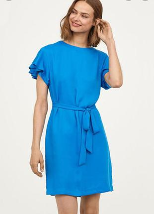 Красивое стильное синее голубое платье с воланом на рукавах с поясом