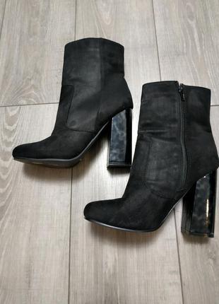 Сапожки ботильоны на каблуке черные круглый носок