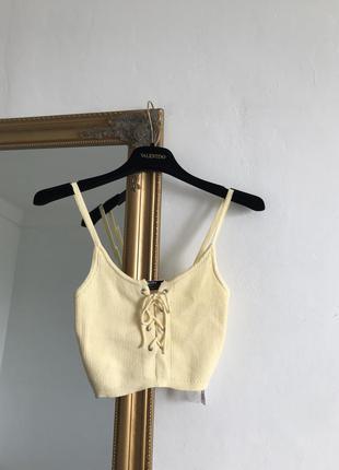 Нежно желтая кроп майка тренд на шнуровке вязаная bershka в рубчик пастельная u17