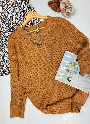 Вязаный горчичный свитер оверсайз с широким вырезом декольте
