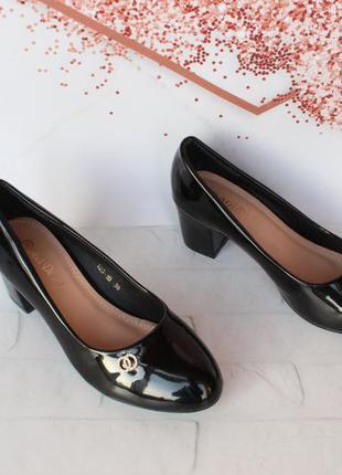 Черные туфли 36 размера на удобном каблуке
