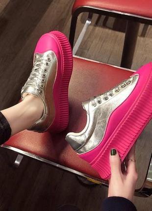 Тренд 2021-2022 серебряные кроссовки на высокой цветной розовой подошве