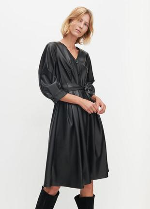 Стильное кожаное платье под пояс миди из эко кожи