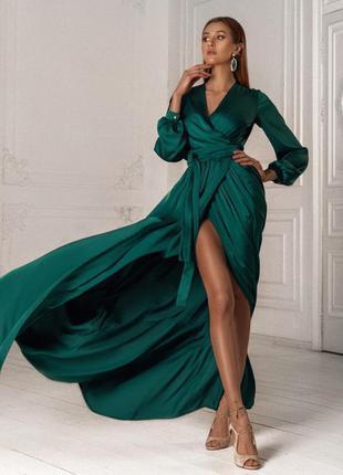 Длинное изумрудное шелковое платье на запах с рукавом