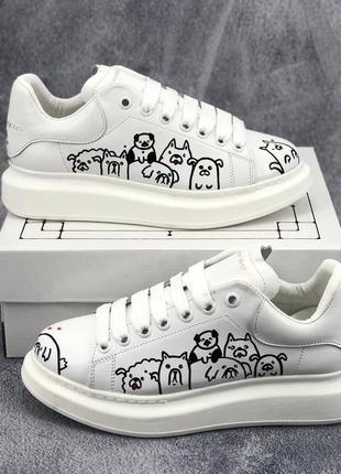 Стильная новинка от alexander mcqueen кожаные белые кроссовки с собачками