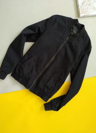 Чёрная курточка бомбер
