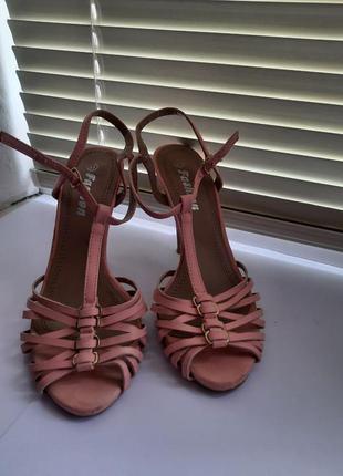 Женские розовые босоножки на шпильке в идеальном состоянии