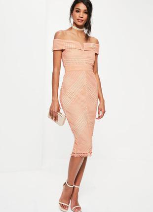 Missguided платье кружевное персиковое розовое с открытыми плечами по фигуре карандаш футляр