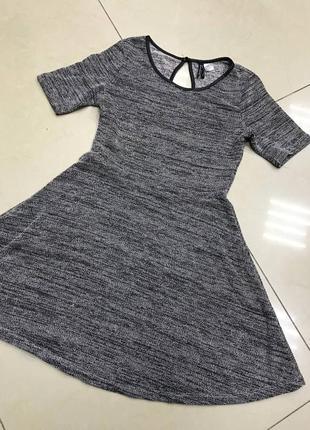 Серое трикотажное мини платье на осень новое клешь