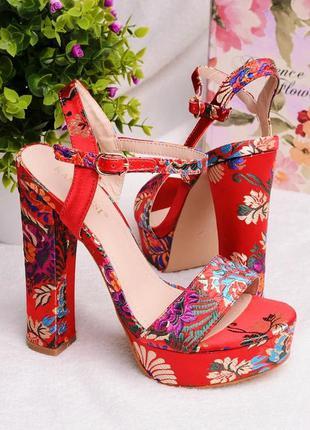 Босоножки женские красные атласные на высоком каблуке цветочный принт