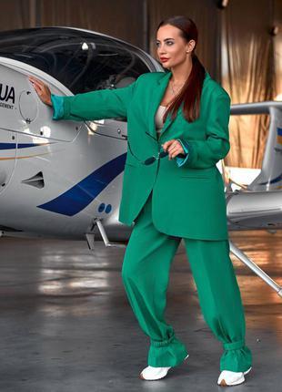 Трендовый брючный костюм зеленого цвета