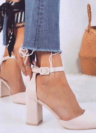Женские бежевые замшевые туфли на широком каблуке с ремешком/экозамш.