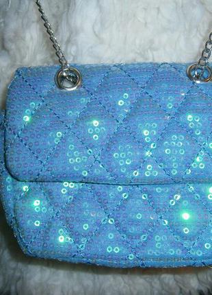 Маленькая сумочка нежно голубого цвета с пайетками и ручкой цепочкой.