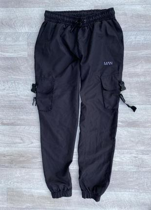 Man bohoo l спортивные штаны на манжете с карманами фирменные чёрные