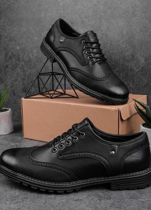 Топовые мужские туфли лоферы выполнены из экокожи чёрные