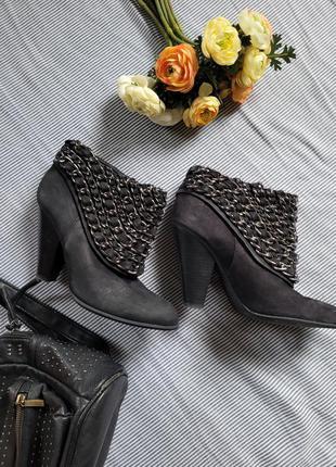 Крутые ботильоны ботинки туфли кожа на устойчивом каблуке с цепями