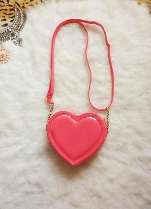 Яркая розовая сумка кросс боди сердечко с длинным ремешком золотые цепочки сердце
