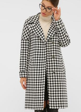 Эффектное пальто прямого силуэта