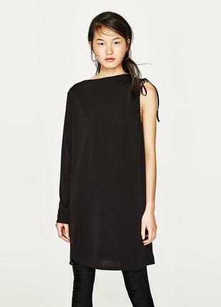 Интересное свободное прямое платье-туника с одним рукавом