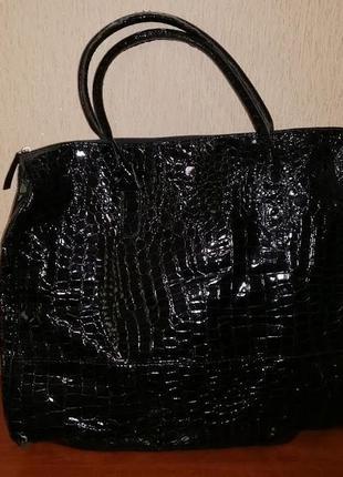 Красивая большая женская черная лакированная сумка