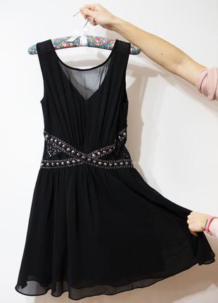 Неймовірна чорна сукня з красивою спинкою та вставками з мережива