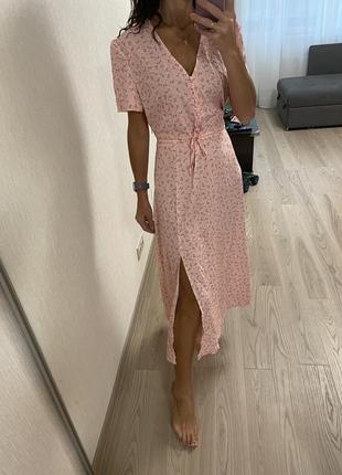 Нежное платье миди с разрезом