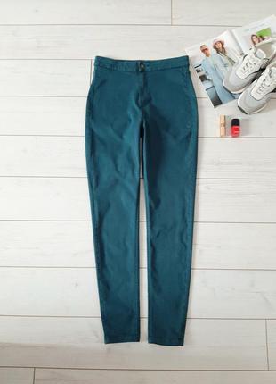 Стильные джинсы скинни в зелено бутылочном цвете