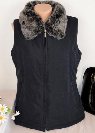 Утепленная жилетка с меховым воротником и карманами tayberry company синтепон этикетка