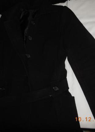 Пальто короткое чёрное.