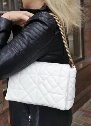 Белая базовая сумка кожзам кросс боди стёганая с цепочкой