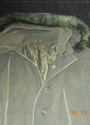 Пальто на ватине с капюшоном.