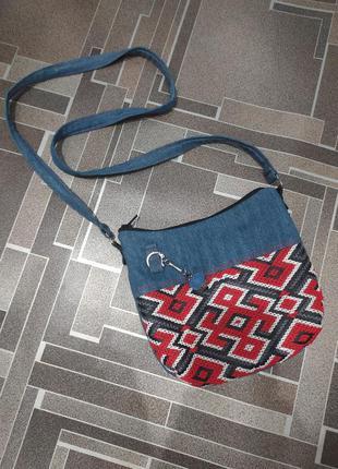 Джинсовая сумка с вышивкой.
