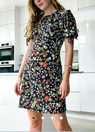 Красивое платье с трендовым воротником