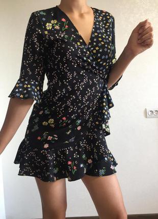 Платье мини на запах с рюшами в цветочный принт с вырезом  лёгкое с рукавами