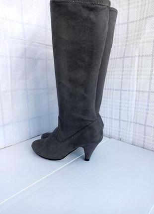 Шикарные высокие облегающие сапоги - чулки, ботфорты пепельного оттенка на небольшом каблучке